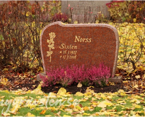 Exempel på gravsten i röd granit