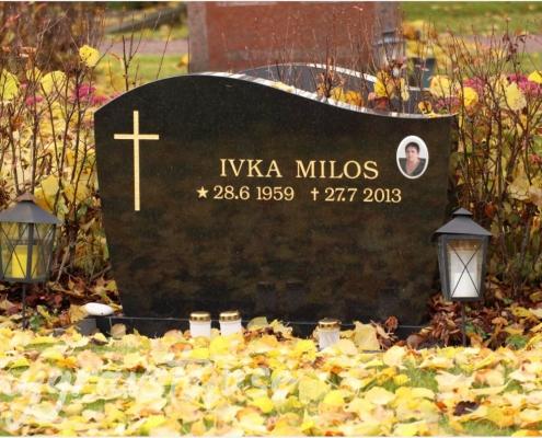 Exempel på gravsten med kors och fotografi