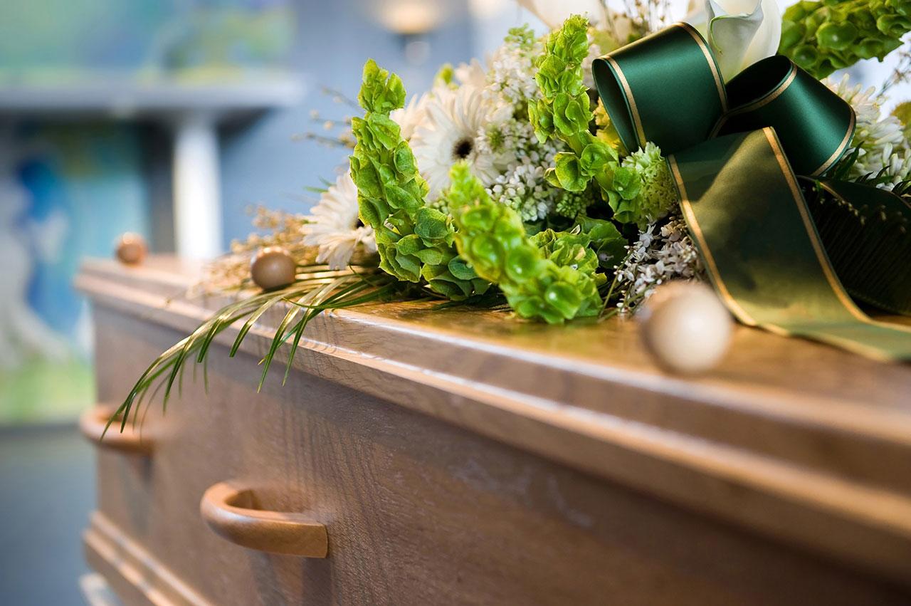 Närbild på en kista med blommor på