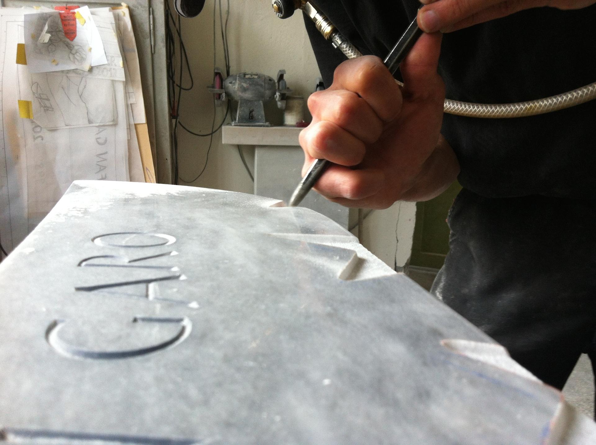 Närbild på manuell stenhuggning