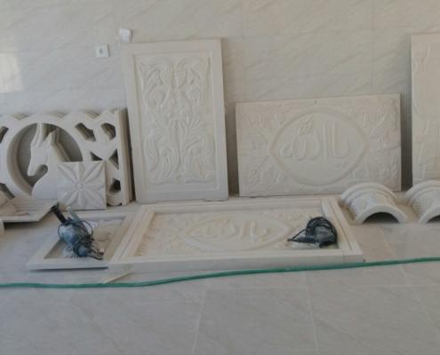 Bilder på flera uthuggna delar till stenbyggnad