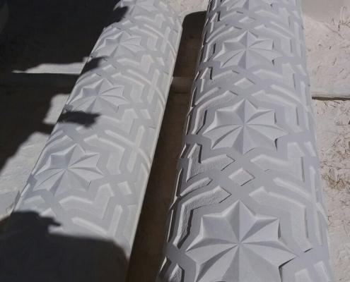 Uthuggna pelare redo att ställas på plats
