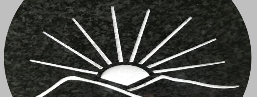 Gravstensdekor, soluppgång mellan bergstoppar