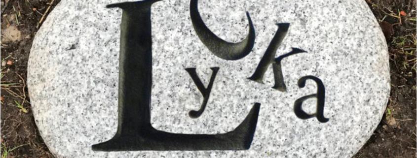 Sten med ordet Lycka ingraverat